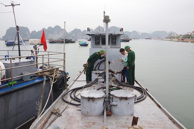 Biên phòng bắt giữ tàu chở 3.000 lít dầu DO không rõ nguồn gốc - 1