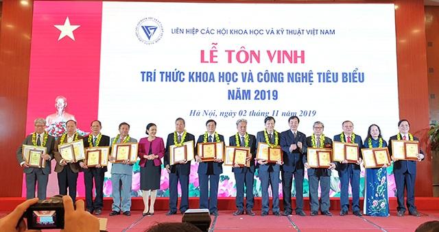 PGS.TS. Cao Hùng Phi, Hiệu trưởng Trường Đại học Sư phạm Kỹ thuật Vĩnh Long được tôn vinh trí thức khoa học và công nghệ tiêu biểu năm 2019 - 1