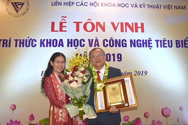 PGS.TS. Cao Hùng Phi, Hiệu trưởng Trường Đại học Sư phạm Kỹ thuật Vĩnh Long được tôn vinh trí thức khoa học và công nghệ tiêu biểu năm 2019 - 2