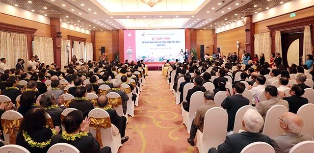 PGS.TS. Cao Hùng Phi, Hiệu trưởng Trường Đại học Sư phạm Kỹ thuật Vĩnh Long được tôn vinh trí thức khoa học và công nghệ tiêu biểu năm 2019 - 3