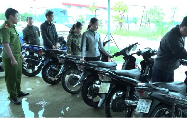 Người dân bất ngờ khi được trao trả xe máy bị mất nhiều tháng trước - 1