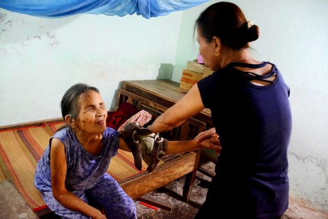 Quảng Nam: Người phụ nữ nhận cụ già bị mù về nuôi dưỡng như mẹ ruột
