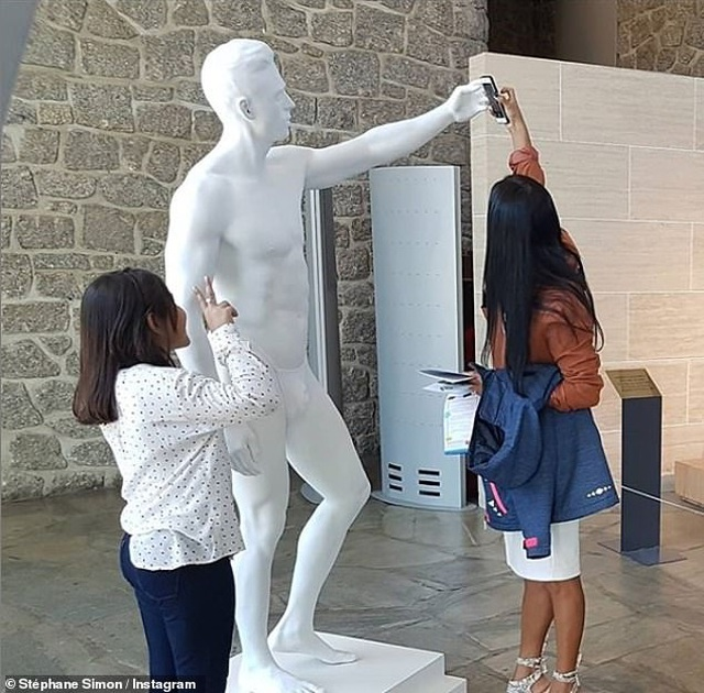 """Tượng khỏa thân bị """"bắt mặc quần áo"""" khiến nghệ sĩ điêu khắc cảm thấy """"xấu hổ"""" - 3"""