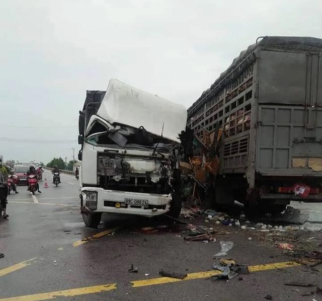 Va chạm giữa 2 xe tải, 4 người bị trọng thương - 1