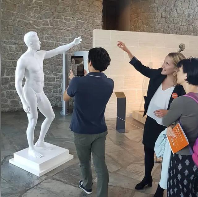 """Tượng khỏa thân bị """"bắt mặc quần áo"""" khiến nghệ sĩ điêu khắc cảm thấy """"xấu hổ"""" - 1"""