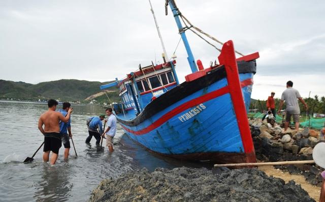 Phú Yên: Bộ đội giúp dân sửa chữa nhà cửa…ổn định cuộc sống sau bão số 5 - 1