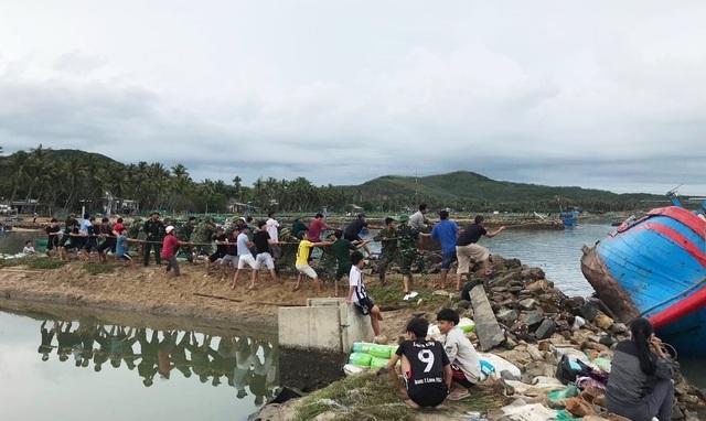 Phú Yên: Bộ đội giúp dân sửa chữa nhà cửa…ổn định cuộc sống sau bão số 5 - 4