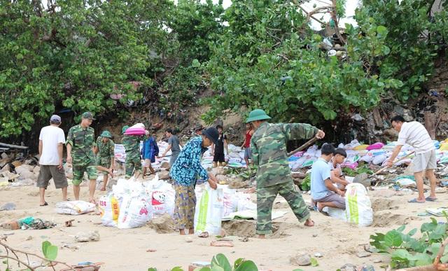 Phú Yên: Bộ đội giúp dân sửa chữa nhà cửa…ổn định cuộc sống sau bão số 5 - 3