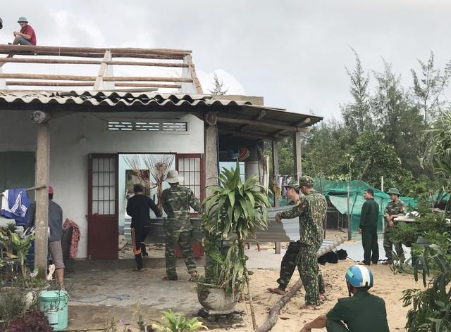 Phú Yên: Bộ đội giúp dân sửa chữa nhà cửa…ổn định cuộc sống sau bão số 5 - 7