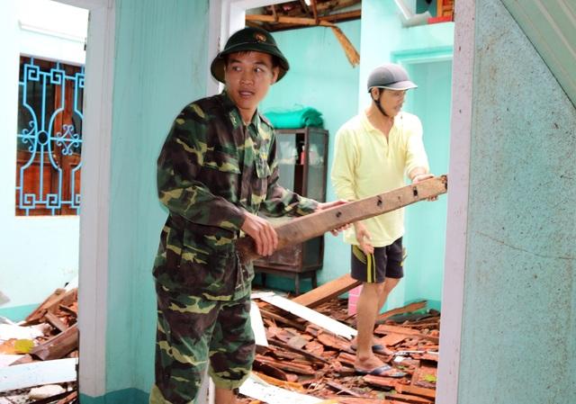 Phú Yên: Bộ đội giúp dân sửa chữa nhà cửa…ổn định cuộc sống sau bão số 5 - 8