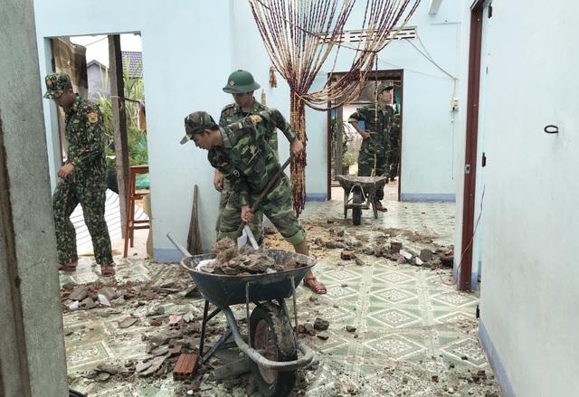 Phú Yên: Bộ đội giúp dân sửa chữa nhà cửa…ổn định cuộc sống sau bão số 5 - 6
