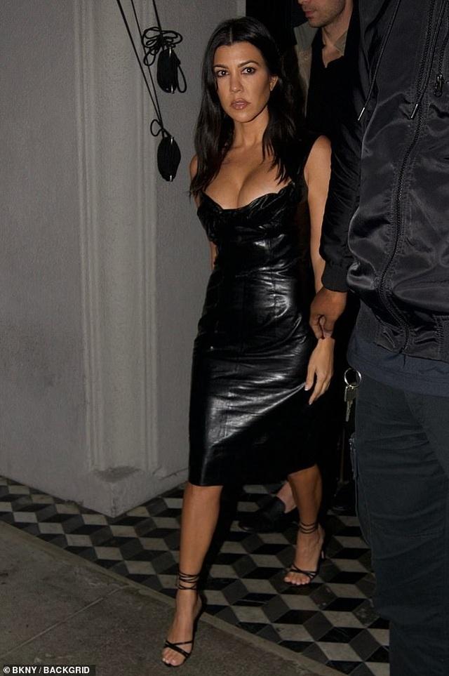 Kourtney Kardashian khoe ngực táo bạo khi đi chơi tối - 1