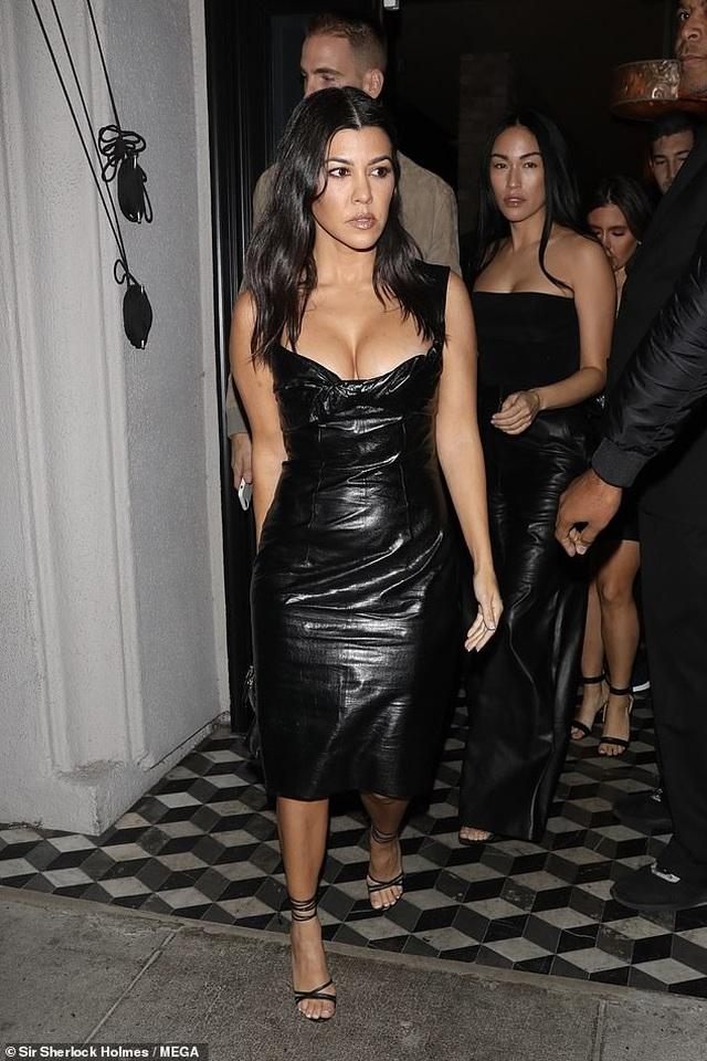 Kourtney Kardashian khoe ngực táo bạo khi đi chơi tối - 2