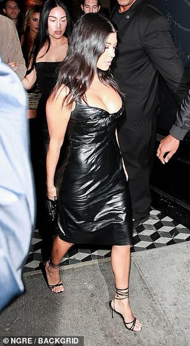 Kourtney Kardashian khoe ngực táo bạo khi đi chơi tối - 3