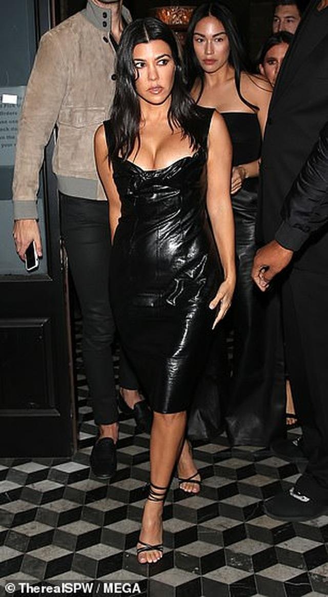 Kourtney Kardashian khoe ngực táo bạo khi đi chơi tối - 4