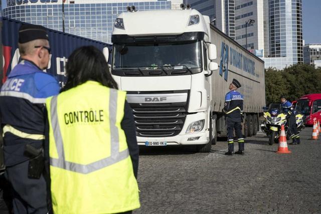 Pháp phát hiện 31 người di cư trái phép trong xe tải - 1