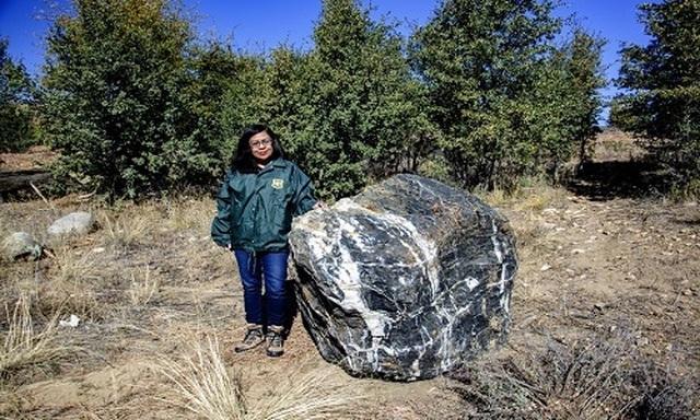Tảng đá phù thủy xuất hiện trở lại sau 2 tuần biến mất bí ẩn - 1