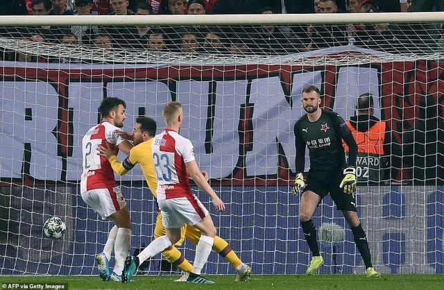 Vượt qua cú sốc thua Levante, Barcelona tiến bước ở Champions League? - 2
