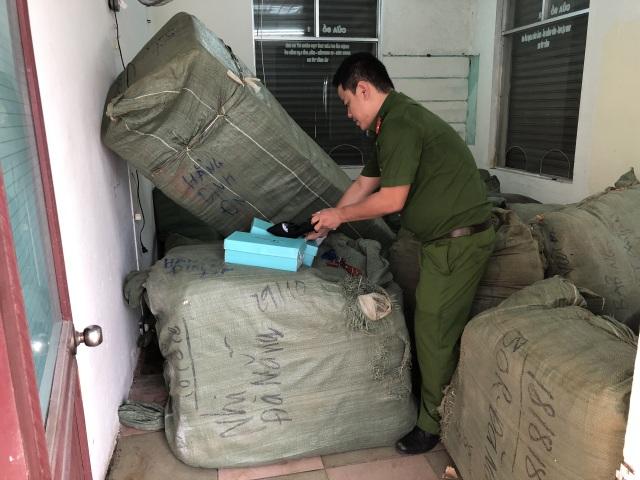 Tạm giữ 8 tấn quần áo, giày dép… không rõ nguồn gốc trên tàu - 1