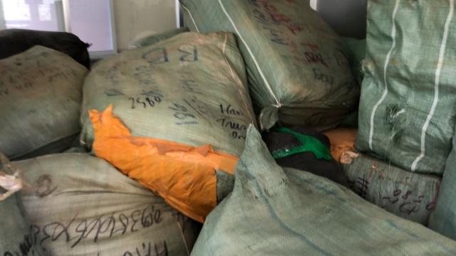 Tạm giữ 8 tấn quần áo, giày dép… không rõ nguồn gốc trên tàu - 2