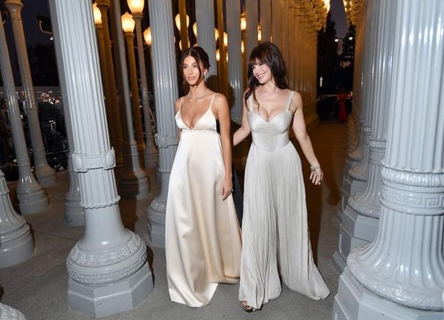 Bạn gái 9X của Leonardo DiCaprio gây sốc với váy hở bạo - 5