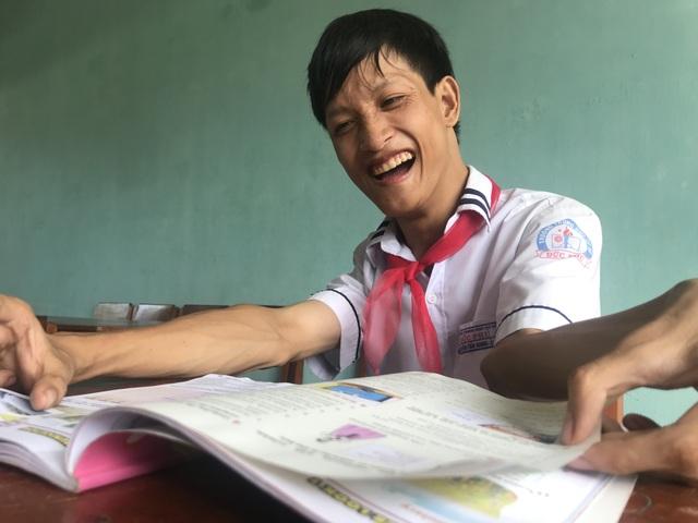 Chàng trai 22 tuổi học lớp 8 viết ước mơ bằng đôi chân - 5