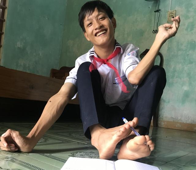 Chàng trai 22 tuổi học lớp 8 viết ước mơ bằng đôi chân - 6