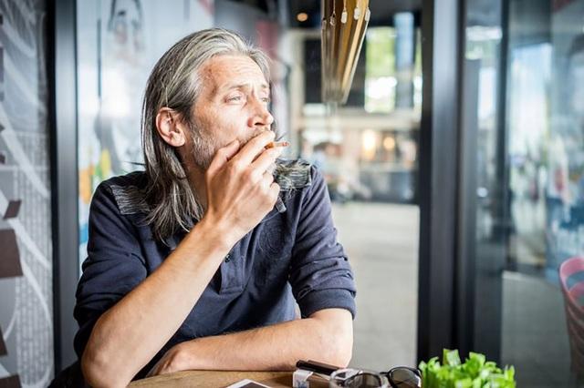 Hút nhiều thuốc lá làm cho khuôn mặt già đi từ… 10 – 20 tuổi - 1