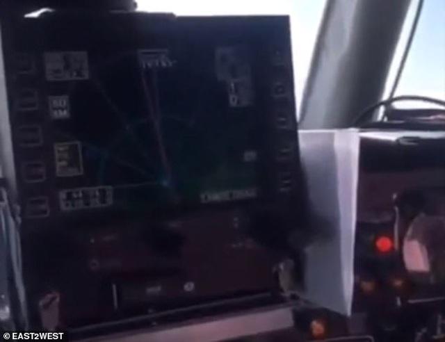 Phi công thản nhiên để nữ hành khách cùng điều khiển máy bay - 3