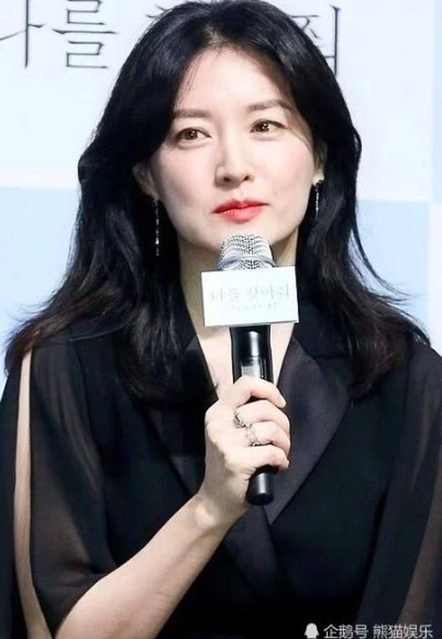Lee Young Ae đẹp hoàn hảo ở tuổi 48 với làn da mịn như nhung - 3
