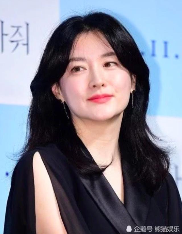 Lee Young Ae đẹp hoàn hảo ở tuổi 48 với làn da mịn như nhung - 4