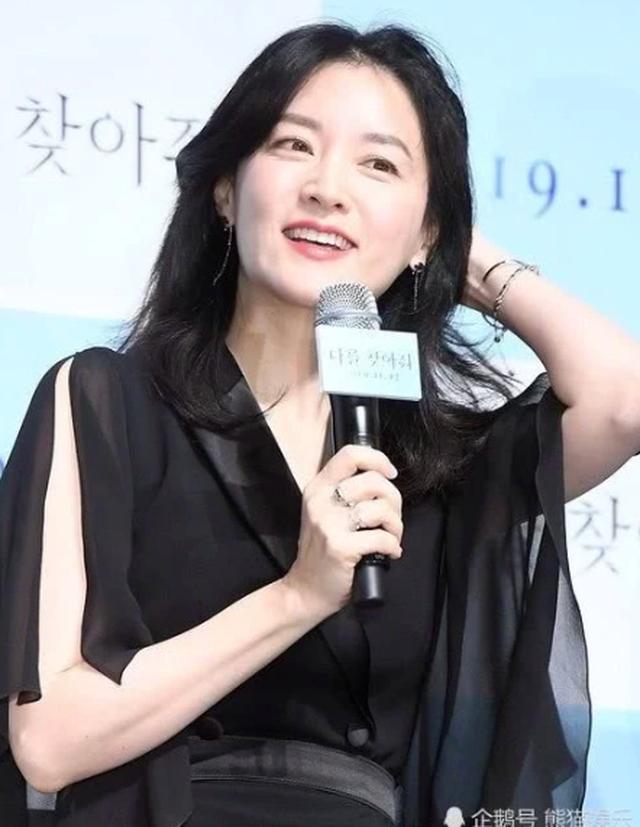 Lee Young Ae đẹp hoàn hảo ở tuổi 48 với làn da mịn như nhung - 6