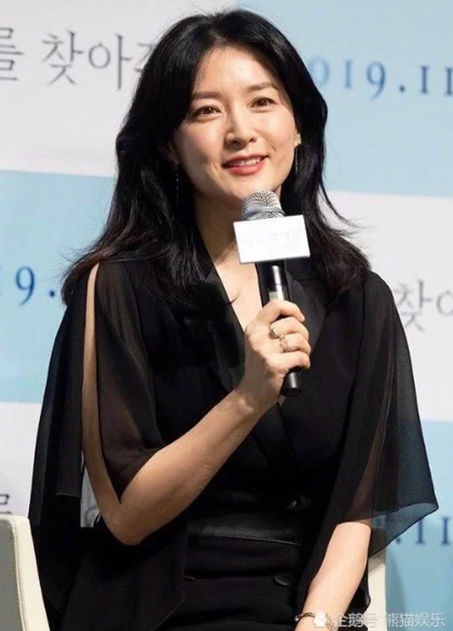 Lee Young Ae đẹp hoàn hảo ở tuổi 48 với làn da mịn như nhung - 1