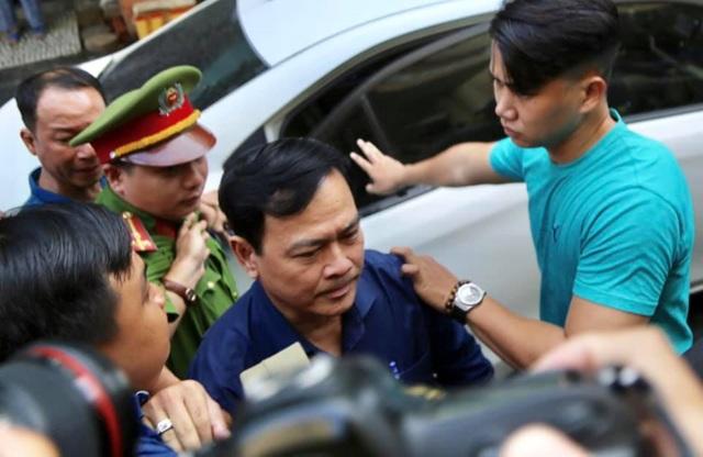 Bị cáo Nguyễn Hữu Linh được che chắn khi tới tòa - 6