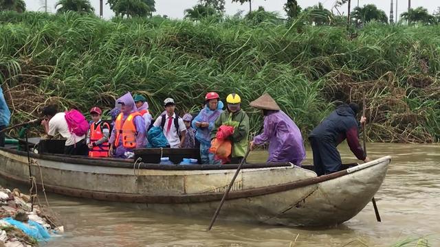 Đò ngang bị cấm, người dân ốc đảo vượt sông bằng đò 3 không - 2