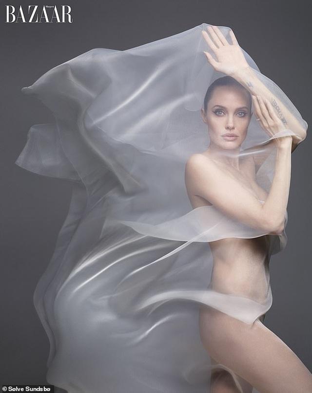 Angelina Jolie bất ngờ chụp ảnh táo bạo - 2