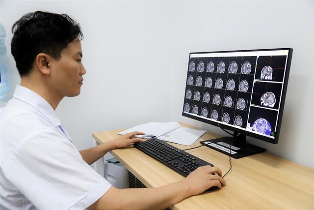 Chuyên gia chỉ dẫn 8 dấu hiệu cảnh báo u não nguy hiểm - 1