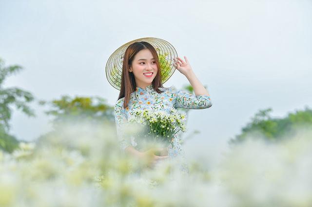 Nữ sinh 2K khoe sắc trên cánh đồng cúc họa mi Hà Nội - 4
