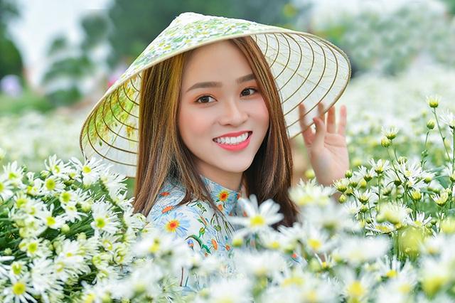 Nữ sinh 2K khoe sắc trên cánh đồng cúc họa mi Hà Nội - 3