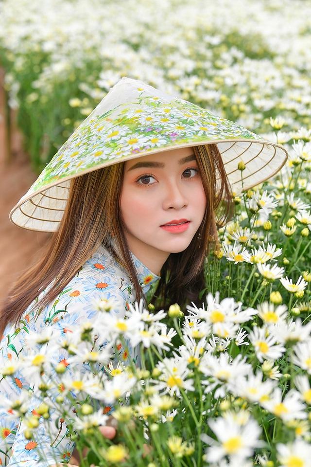 Nữ sinh 2K khoe sắc trên cánh đồng cúc họa mi Hà Nội - 5