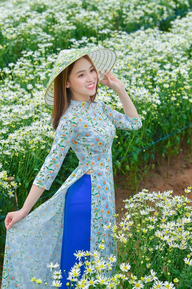 Nữ sinh 2K khoe sắc trên cánh đồng cúc họa mi Hà Nội - 1