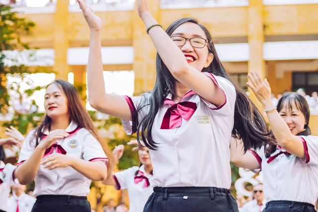 Thầy cô nhảy Flashmob tặng học sinh ngày đầu tuần - 8