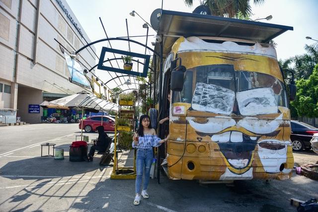 Chiếc xe buýt bỏ đi biến hóa thành quán cafe ấn tượng - 2