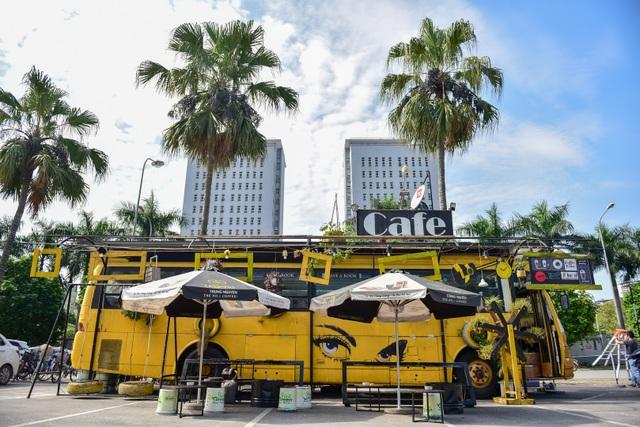 Chiếc xe buýt bỏ đi biến hóa thành quán cafe ấn tượng - 1