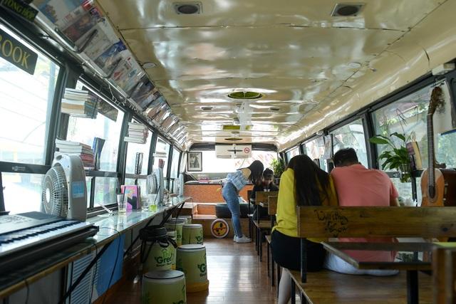 Chiếc xe buýt bỏ đi biến hóa thành quán cafe ấn tượng - 6
