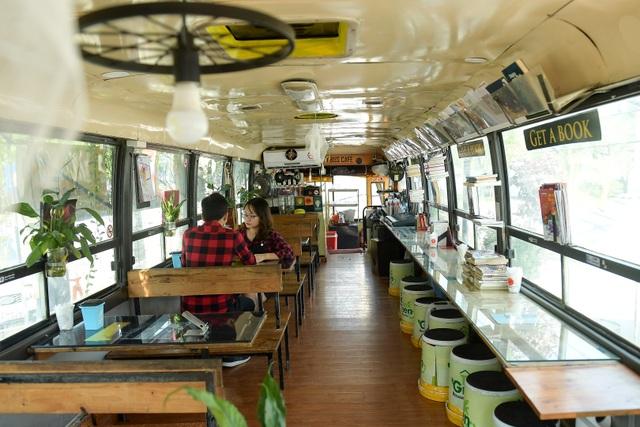 Chiếc xe buýt bỏ đi biến hóa thành quán cafe ấn tượng - 3
