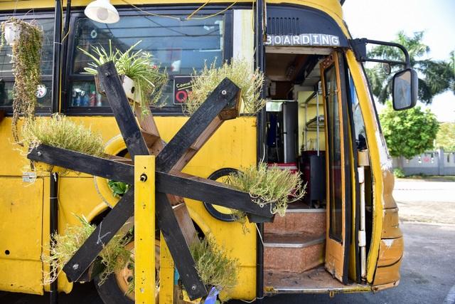Chiếc xe buýt bỏ đi biến hóa thành quán cafe ấn tượng - 11
