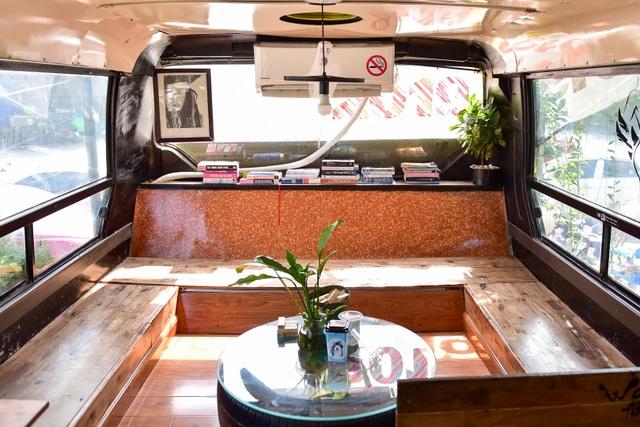 Chiếc xe buýt bỏ đi biến hóa thành quán cafe ấn tượng - 4