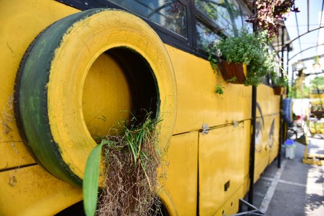 Chiếc xe buýt bỏ đi biến hóa thành quán cafe ấn tượng - 10