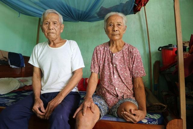 Cụ ông 91 tuổi trở thành đôi chân cho cụ bà tuổi 82 sống cơ cực trong đói nghèo